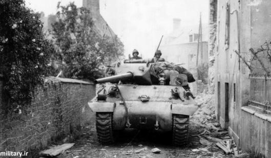 Истребитель танков М10 на улице одного из городов в Нормандии, 3-я Бронетанковая дивизия США, 1944г.